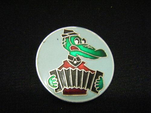 アコーディオンをひくゲーナ 水色 (右向き) ピンバッチ
